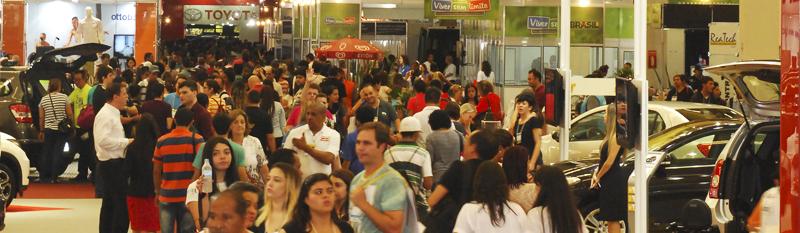 Feira Reatech com grande público visitante conferindo as novidades do setor.